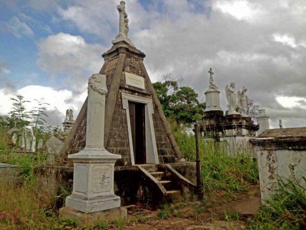 Mausoleo piramidal de la Familia Dalton, siglo XIX. Cementerio de ciudad Bolívar. Patrimonio histórico de Venezuela en peligro.