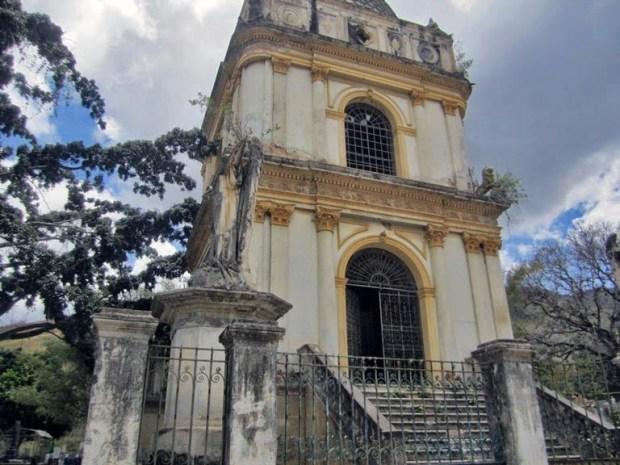 Mausoleo del expresidente Joaquín Crespo, profanado en 2013. Patrimonio cultural de Venezuela en peligro.