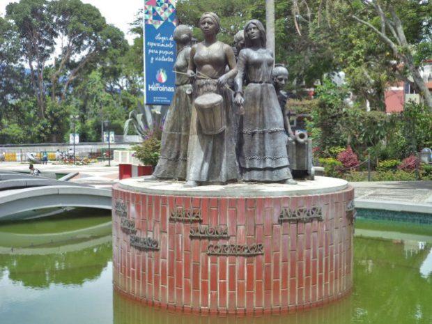 Monumento a Las Heroínas, en el que se pueden apreciar las inscripciones. Patrimonio cultural venezolano.