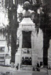 Monumento a Rivas Dávila acompañado de botellas de cerveza. Patrimonio histórico del municipio Mérida, estado Mérida. Venezuela..