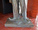 Parte inferior de la estatua de Charles Chaplin. Patrimonio cultural de Mérida, Venezuela, en peligro. Mafia del bronce.