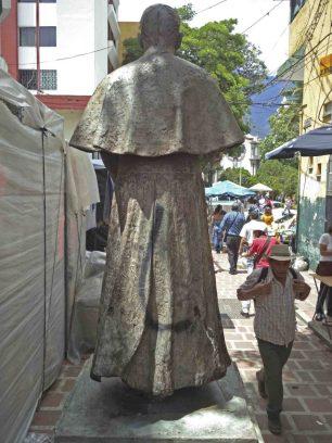 Vandalismo a la estatua del monseñor Pulido Méndez. FPatrimonio cultural de la ciudad de Mérida, Venezuela.