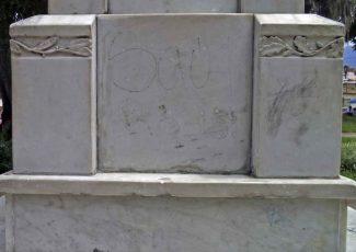 Vandalismo en la cara posterior del pedestal. Patrimonio histórico del municipio Mérida, estado Mérida. Venezuela.