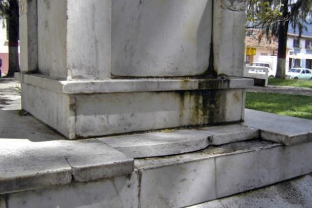 Vandalismo y falta de mantenimiento del monumento a Rivas Dávila. Patrimonio histórico del municipio Mérida, estado Mérida. Venezuela..