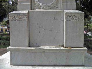 Vandalismo y suciedad en el lateral izquierdo de la base del pedestal. Patrimonio histórico del municipio Mérida, estado Mérida. Venezuela.
