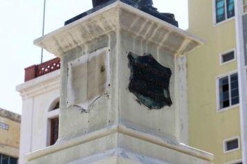 El espacio ausente de una de las dos placas robadas del monumento a Rafael María Baralt. Foto diario Panorama, julio 2017.