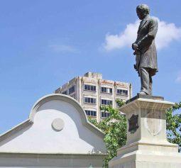 Monumento a Rafael María Baralt, con el espacio ausente de una de las dos placas robadas. Foto diario Panorama, 14 de julio de 2018.