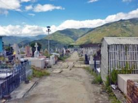 Avenida central del cementerio municipal de Boconó, que lleva hasta la tumba de los Clavo Carrillo. Patrimonio cultural de la ciudad de Boconó, estado Trujillo, Venezuela.