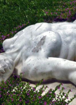 Cemento solidificado en el pecho de la escultura de Adán, en Boconó. Trujillo. Patrimonio cultural de Venezuela.