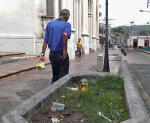 Ciudadanos tiran la basura sin resquemor en los bulevares de la iglesia San Juan Bautista, en Valera. Patrimonio de Trujillo, Venezuela, en peligro.