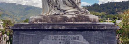 En la cara frontal también se perciben manchas al monumento funerario de la familia Clavo. Patrimonio cultural de la ciudad de Boconó, estado Trujillo, Venezuela.