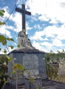 La maleza amenaza con cubrir a la tumba. Marinela A. 2017