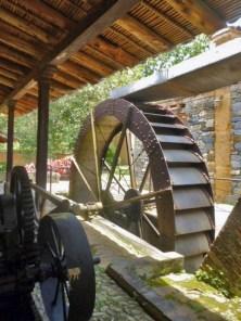 La vieja rueda del trapiche nunca más volvió a moverse por el desvío del curso de agua de la familia Berrueta. Patrimonio cultural de la ciudad de Boconó, estado Trujillo, Venezuela.