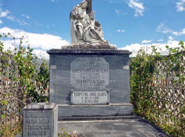 Vista de inscripción de los nombres de la familia Clavo Carrillo en su sepulcro del cementerio municipal de Boconó, Trujillo.