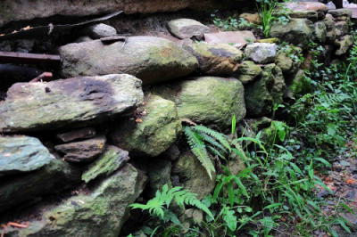 Base de piedras que puede observarse en algunas partes de los jardines. Esta base se corresponde con una de las partes demolidas de la casa. Foto: José Luis Rosales.