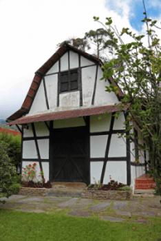 Actual fachada de la casa. Puede observarse el techo a la mansard con sus doble pendiente. Foto: José Luis Rosales.