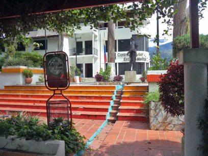 Costado sureste de la plaza Bolivariana de la Contraloría. Monumento Bolívar de los Andes. Foto Samuel Hurtado Camargo, 21 de junio de 2017