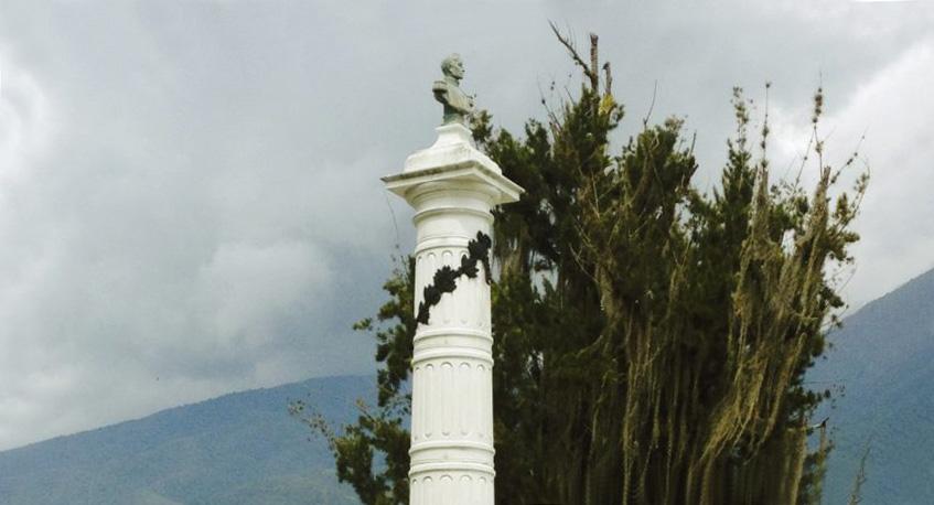 La Columna Bolívar, la primera estatua de Mérida en honor al Libertador, ubicada en al frente del cuartel Justo Briceño. Foto Samuel Hurtado Camargo.