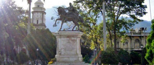 Monumento al Libertador en la plaza Bolívar de Mérida. Foto Samuel Hurtado Camargo, 2006.