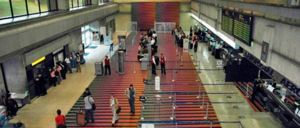 Cromointerferencia de color aditivo. Obra de Carlos Cruz-Diez en el Aeropuerto de Maiquetía. Patrimonio cultural de Venezuela.