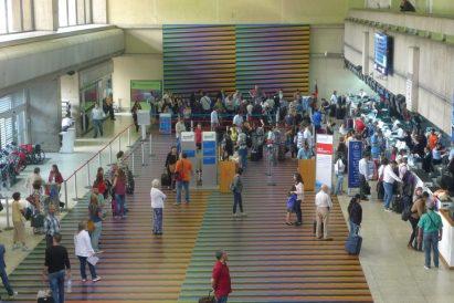 """""""Cromointerferencia de color aditivo"""". Obra de Carlos Cruz-Diez en el Aeropuerto de Maiquetía. Patrimonio cultural de Venezuela."""
