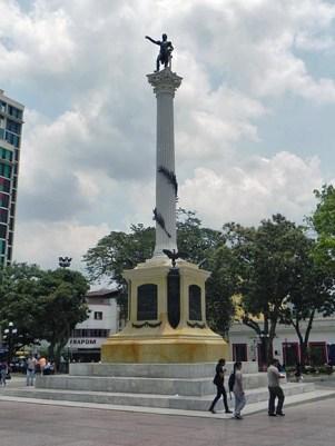 Plaza Bolívar de Valencia. Roban las guirnaldas del monumento al Libertador, en Valencia, Carabobo. Patrimonio cultural de Venezuela en peligro.