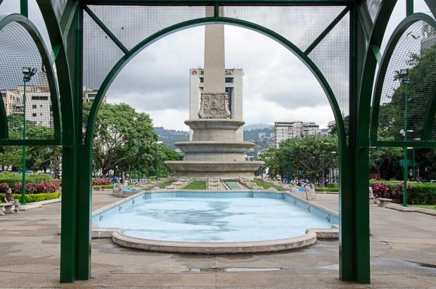 Plaza Francia, obelisco y lo que era un espejo de agua. Caracas. Foto Luis Chacín, agosto 31 de 2018.