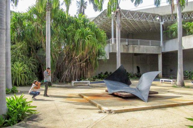 Registro de la colección del Maczul en el taller de fotogrametría, Maracaibo, Zulia. Registro de escultura de la artista Lía Bermúdez en los espacios abiertos del Maczul. Fotografía Luis Chacín.