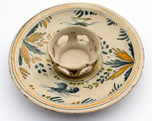 Mancerina del siglo XVIII. La pieza de cerámica integra la colección de cerámica del Museo de Arte Colonial de Caracas. Era usada por la alta sociedad de entonces para servir chocolate caliente. Patrimonio cultural de Venezuela.