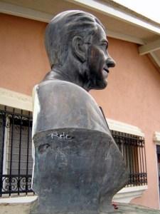 Patrimonio cultural de Venezuela en peligro. Lateral derecho del busto de Heriberto Márquez Molina. Mérida, Venezuela. Foto Samuel L. Hurtado Camargo, noviembre de 2005