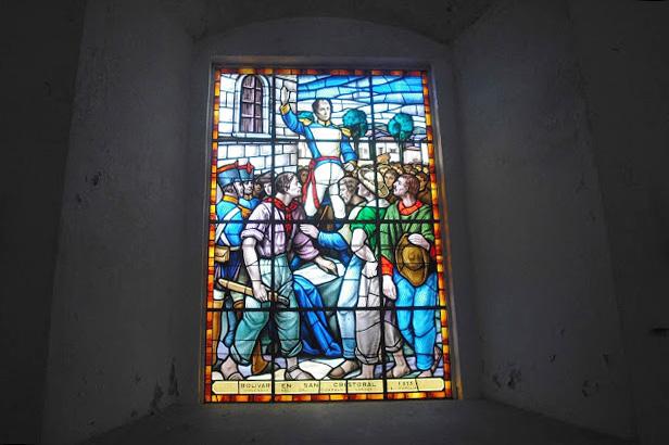 Vitral incrustado en uno de los viejos y gruesos muros de la Catedral de San Cristóbal. Estatua de El Libertador en la plaza Bolívar de la ciudad de San Cristóbal, estado Táchira. Patrimonio cultural de Venezuela.
