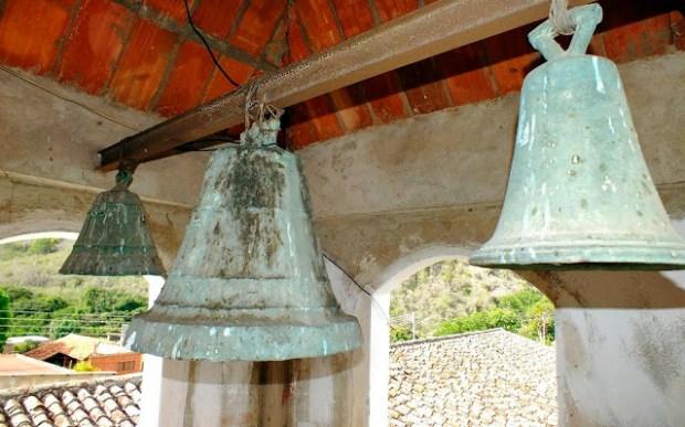 Conjunto de antiguas campanas de la Capilla del Humilladero (Lobatera - Estado Táchira). Foto Darío Hurtado, 2016