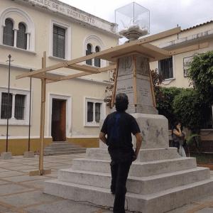 Monumento a Cristóbal Colón, patrimonio cultural de Venezuela en peligro. El dispositivo en posición estática; segundo día de la instal-acción. Foto archivo IAM Venezuela. jpg