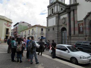 El guía Pedro Martínez al momento de iniciar el recorrido por la Catedral Metropolitana. Mérida-Venezuela. Foto Samuel Hurtado Camargo, octubre 20 de