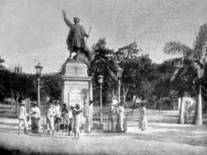 El cronista de Carúpano pide referéndum sobre la escultura de Colón. Estatua del almirante Cristóbal Colón en su plaza, a principios del siglo XX. Foto en el blog Carúpano 360