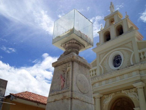 Monumento a Cristóbal Colón, patrimonio cultural de Venezuela en peligro. La caja de cristal puesta en la cúspide del pedestal ha repercutido negativamente en el estado de conservación de la obra. Foto Samuel Hurtado Camargo, mayo 28 de 2017
