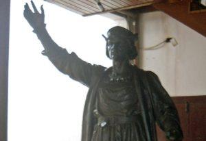 La estatua de Colón se encuentra actualmente en la entrada del Museo Histórico de Carúpano. Foto Yesenia Garcia, noviembre 2018.