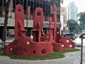 La obra Gran lugar del alba (2120), de Colette Delozzanne. Av. Solano, bulevar de Sabana Grande, Caracas - Venezulea. Foto Fernando Rodríguez_Pinterest.