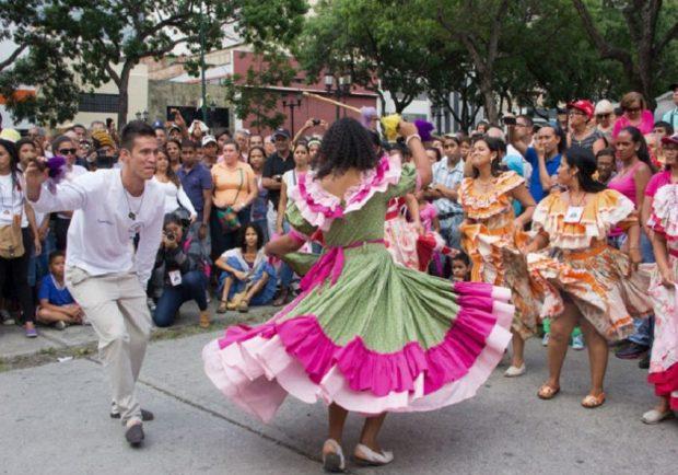Las figuras del tamunange larense incluye complejas danzas llenas de gracia, sensualidad y fe. Lara, Venezuela. Foto Mippc