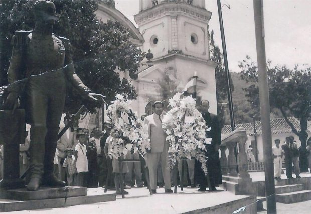 Ofrenda floral ante la estatua de El Libertador en acto especial el 10 de abril de 1956, luego de su llegada a Lobatera