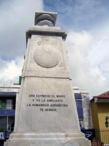 Monumento a Cristóbal Colón, patrimonio cultural de Venezuela en peligro. Pedestal del monumento a Cristóbal Colón luego de que el busto fuera derribado. Mérida - Venezuela. Foto Samuel Hurtado Camargo, noviembre 15 de 2006.