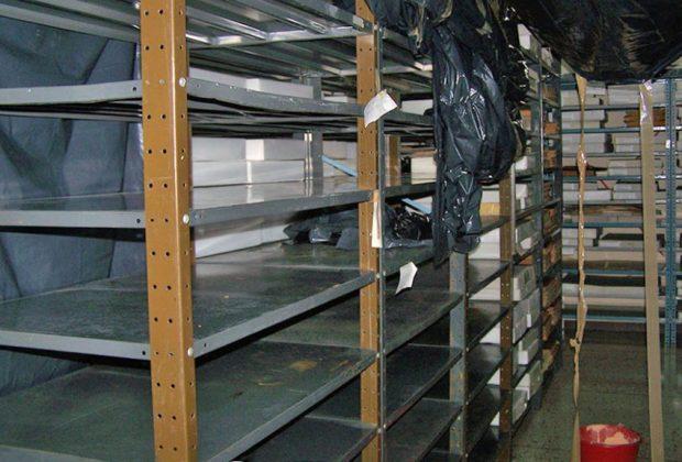 Por las filtraciones, los trabajadores de la biblioteca han reubicado las colecciones dentro del depósito. Foto cortesía Biblioteca Febres Cordero.