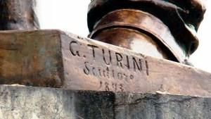 Inscripción autógrafa del escultor Giovanni Turini y año de realización de la estatua, 1893.