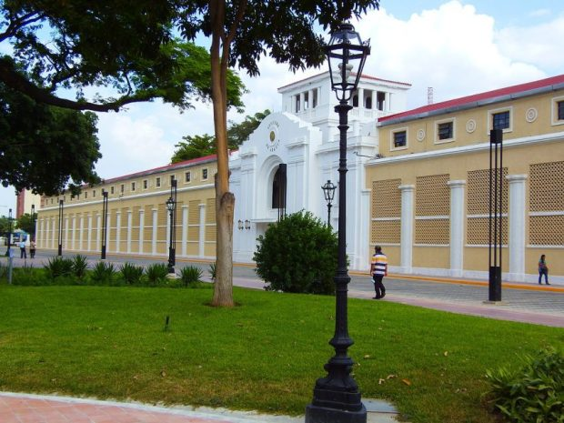 Plaza Bolívar de Maracay y al fondo el antiguo Hotel Jardín y gobernación del estado Aragua. Foto Fernando Da Costa_Wikimedia Commons, mayo de 2015.