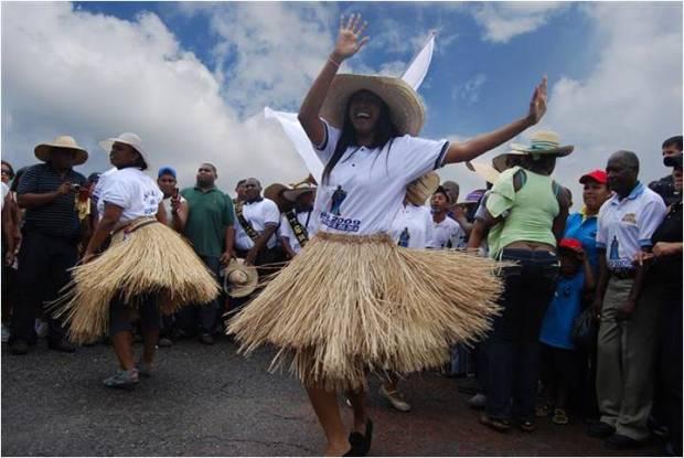 El baile con faldas de saya son un distintivo entre las gaiteras y quienes danzan al ritmo de los golpes de San Benito Ajé al occidente de Venezuela. Foto Evelyn Canaán, diciembre 2018.