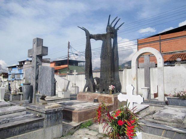 El monumento a Alberto Carnevali es visitado por creyentes quienes le solicitan favores. Cementerio El Espejo, Mérida. Foto Samuel Hurtado Camargo, noviembre 2 de 2018.