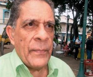 """El cronista de la ciudad, Oldman Botello, considera de """"barrabasada"""" el nuevo color del Hotel Jardín, Maracay. Foto Alfredo Morales, noviembre 2018."""