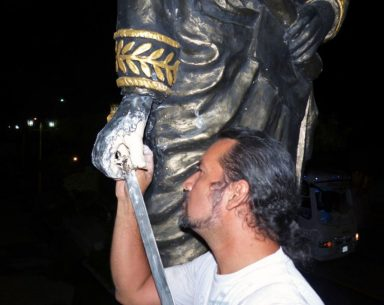 Jesús Lozano restauró en 2015 el dedo pulgar arrancado de la mano derecha de la estatua de El Libertado. Municipio Francisco Javier Pulgar, Zulia. Foto John Zambrano