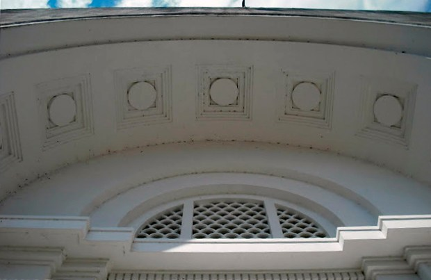 Edificio Nacional de San Cristóbal, estado Táchira. Bóveda de cañón seccionada y con casetones, arco de medio punto, ventana termal dístila con celosía y cornisa