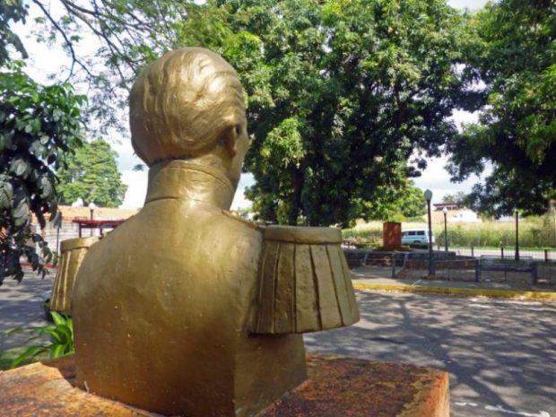 En el paseo Los Trujillanos el busto de Antonio Nicolás Briceño miraba el pedestal sin la escultura de Andrés Bello, robada en 2017. Foto Marinela Araque, 2017.